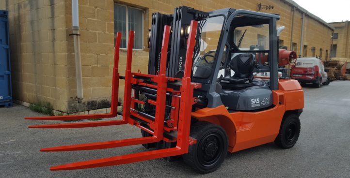 USED LPG FORKLIFT 4 TON 02-8FGF40 WITH DOUBLE PALLET HANDLING ATTACHMENT AND DOUBLE LPG TANK BRACKET